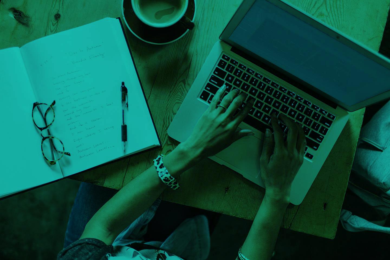 Der Mustervertrag Influencer Marketing ist eine Vertragsvorlage, die die Zusammenarbeit zwischen Auftraggebern und Influencern, Bloggern und Content Creators rechtssicher regelt